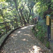 「文学の小径」と書かれた雰囲気のいい川沿いの道