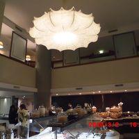 朝食会場の天井が高く、照明が暗めで夜の雰囲気