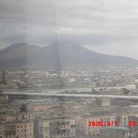 窓ガラスが曇っていて見えにくいですがベスビオ山です