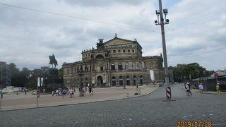 歌劇場前の広場