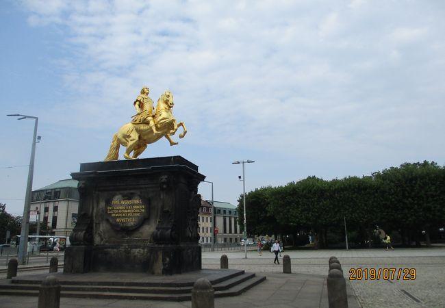 黄金の騎馬像