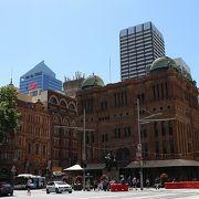 美しい歴史的建造物を使ったショッピングアーケード