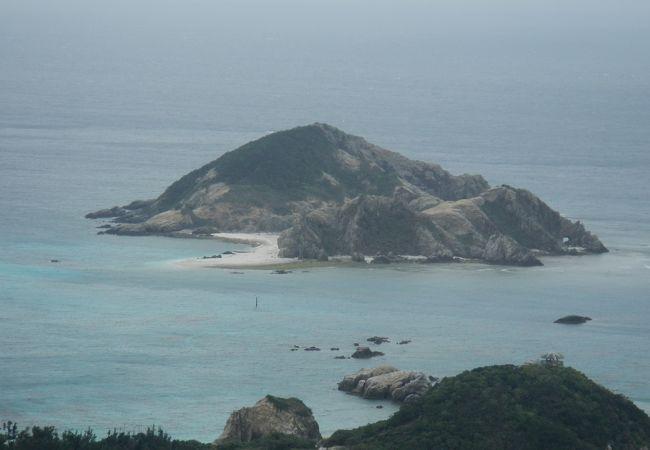 渡嘉敷島の阿波連ビーチから約1kmの沖合にあるハナリ島