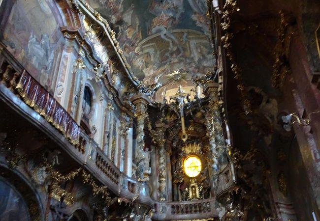 細密で豪華絢爛な小さな教会