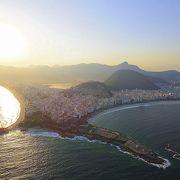 ブラジルを象徴する世界的な海岸。ああ、コパカバーナ...でも、波が高く、海水は年中、激冷たく、透明度も全然ダメ。見るだけにしましょう(コパカバーナ海岸/リオデジャネイロ/ブラジル)