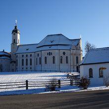 銀世界の中のヴィース教会