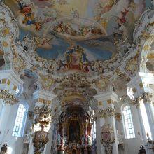 ロコロ調の美しい教会内部