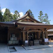 青空に映える拝殿