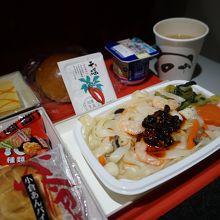 機内食は温かくて美味しい。