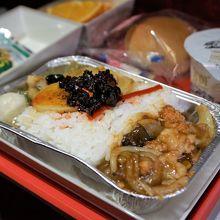帰国便はさらに本場度アップの中華料理。コールラビの漬物付。