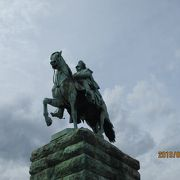 立派な騎馬像