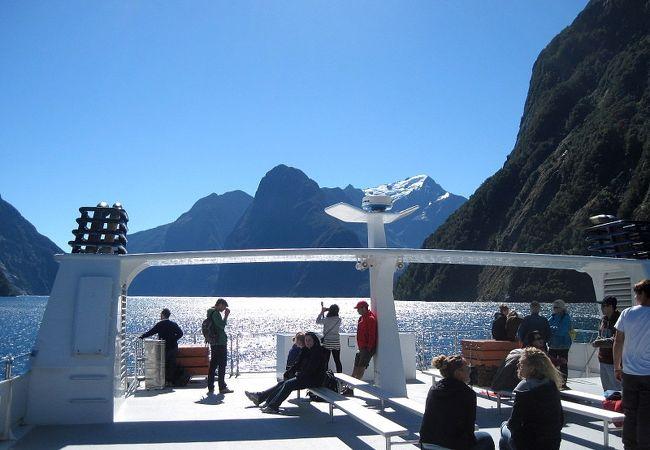 ボーウェン滝に最大限近づけるクルーズ船は最高!
