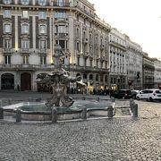 トリトーネの噴水、蜂の噴水がある広場