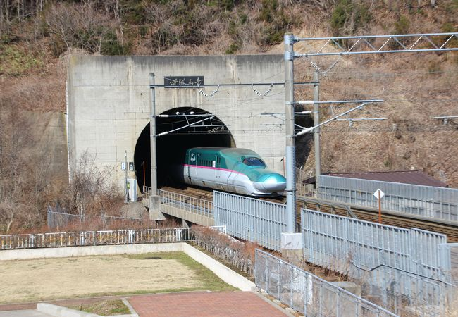 トンネル 青函 第2青函トンネルに新案 上に自動運転車、下に貨物列車