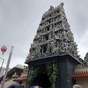 観光客いっぱいスリ・マリアマン寺院
