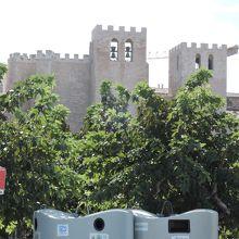 建物上の凹凸と鐘が特徴的