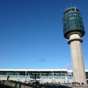 先住民アートが彩る北米最高位空港