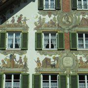 民家の外壁のフレスコ画