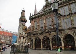 ブレーメンのマルクト広場の市庁舎とローラント像