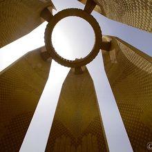 記念塔をしたから見上げた状態、輪っかの部分が展望台