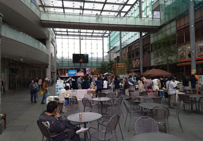 富山城址公園のすぐ南にあるたいへん大きなショッピングモール