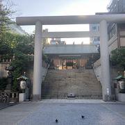芝神明商店街近く鳥居をくぐって、急な階段を登ると社殿がある
