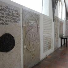 回廊にはたくさんの古い碑板が。