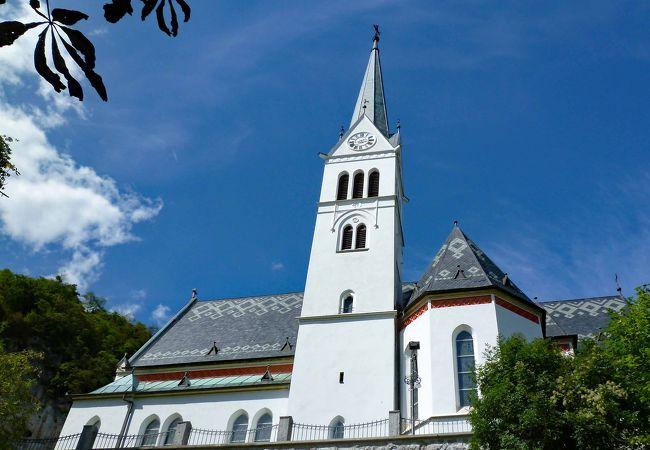 ブレッドの町の西側、城の近くにある聖マーティン教区教会