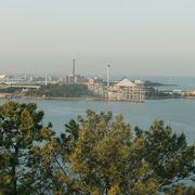 野島展望台から楽しむ八景島の眺め