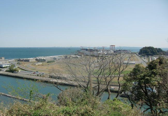 野島公園展望台から工場敷地とグランドライブを遠望