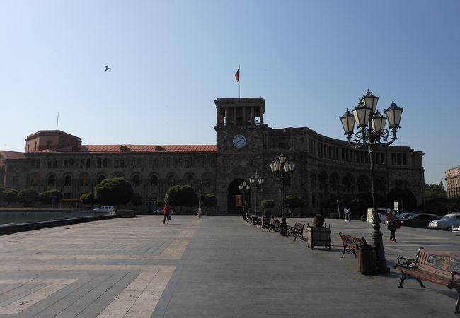 ツアー募集車両が並ぶ広い広場