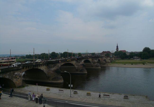 ドレスデン:ブリュールのテラスから見るエルベ川畔、新市街の景観は好ましい。