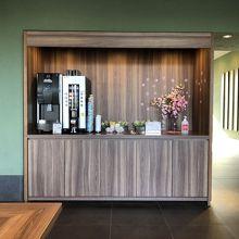 レセプション付近,無料の珈琲マシンと紅茶サービスがあります.