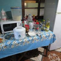サービスの米は炊飯器で炊飯。キッチンもあるので自炊可。