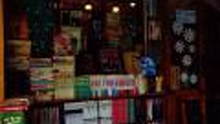 赤や緑のカラフルな本棚