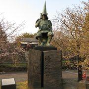 熊本城の入り口に立つ像。