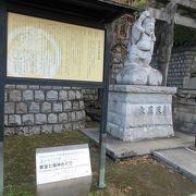 品川神社の石段の手前に、「東海七福神巡り」の案内プレートと大黒天の石像が設置されていました。
