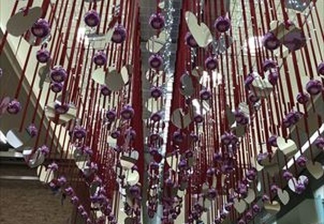 ティファニ等ブランドショップ街があって、さらに冬の時にいった時はイルミーネションを連想させてくれる展示に心がいやされました。