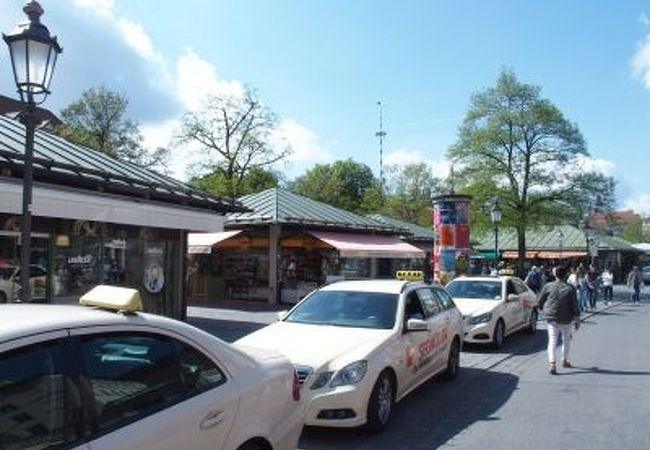 様々な露店が集まる賑やかな市場