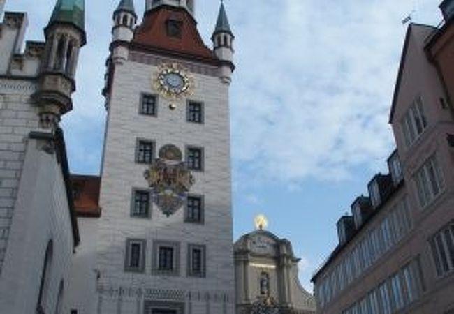 高い塔が目立つ建物