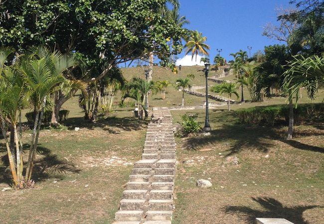 革命軍の野営地だった丘。サンタクララの街並みを眺めることができます。