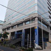 地下鉄東京メトロ丸の内線本郷三丁目駅から南東のエリアにあります。