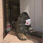 店頭のライオンにマスクが