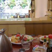 朝食ビュッフェですが、お客さんだけでなく鳥の朝食ビュッフェにもなっているようでした。