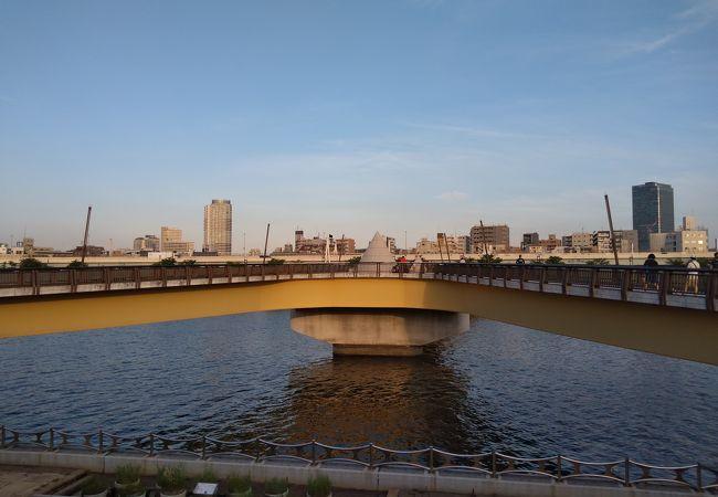 X字型の歩行者専用の橋