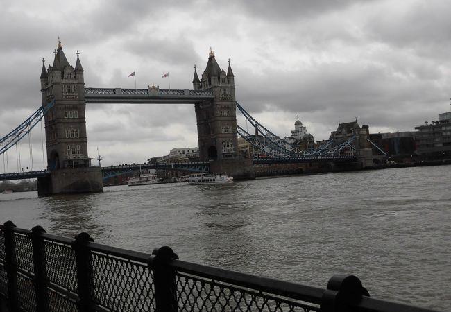 ロンドンの中心部を流れます。