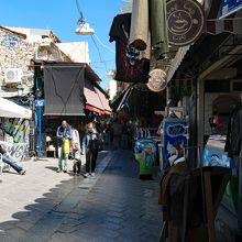 狭い通りに沢山のお店が並んでいます