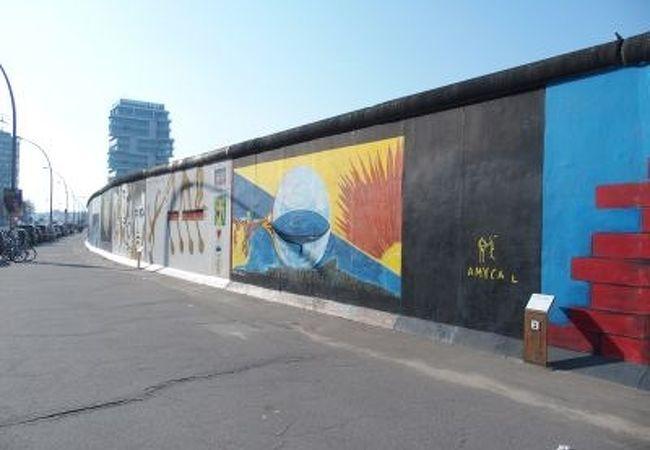 ベルリンの壁にアートが描かれている