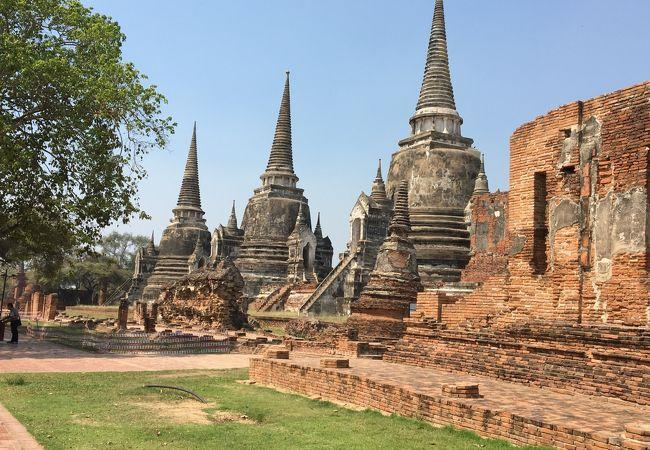 3基並んだ仏塔が特徴