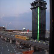 日本最大の国際拠点空港、1日に10万人もの人が行き交う日本の空の玄関です。
